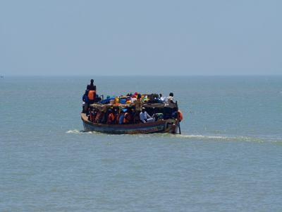 Barcazas zarpan del puerto de Bissau