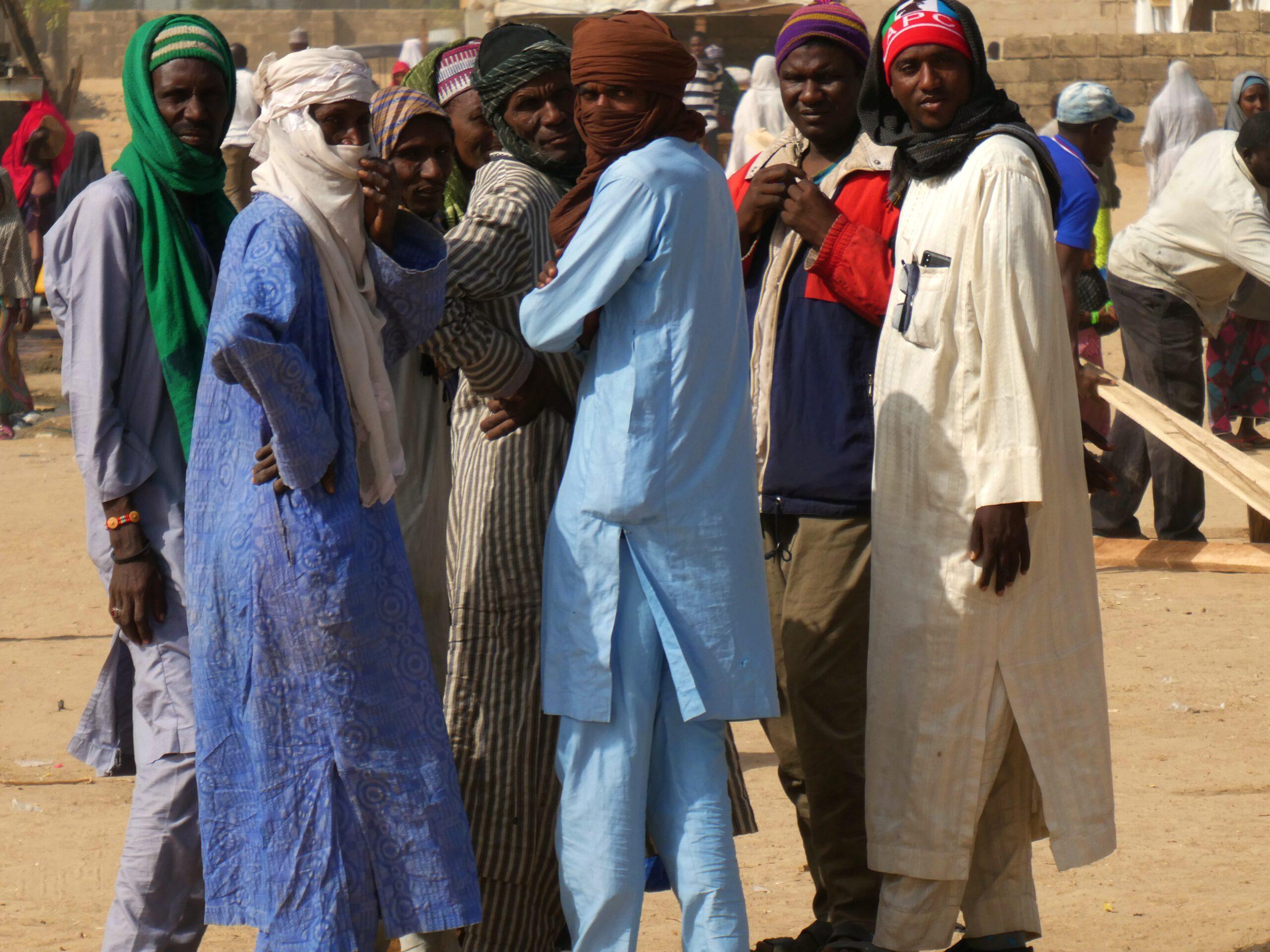 Unos hombres mirándome en Maiduguri