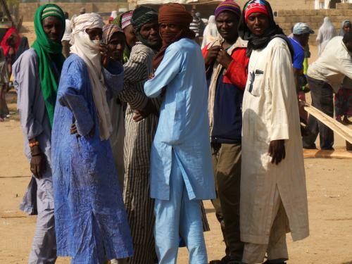 Varios hombre mirando en Maiduguri