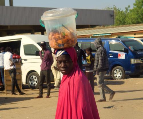 Una chica en la Borno Express de Maiduguri