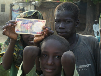 Unos niños en una village a orillas del Lago Chad