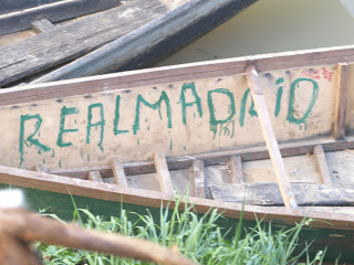 Un cartel del Real Madrid en una isla del Lago Chad