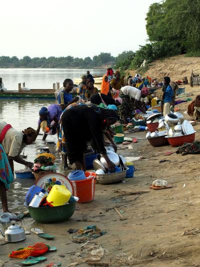 Mujeres lavando a la orilla del Lago Chad en la isla de Kofia