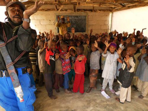 Un vigilante con machete cuida a los niños de un campo de refugiados en Maiduguri