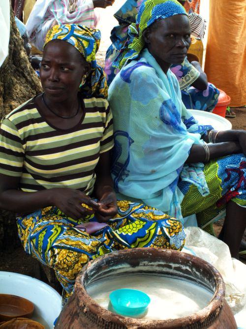 Mujeres vendiendo cerveza en el mercado de los borrachos en Camerun