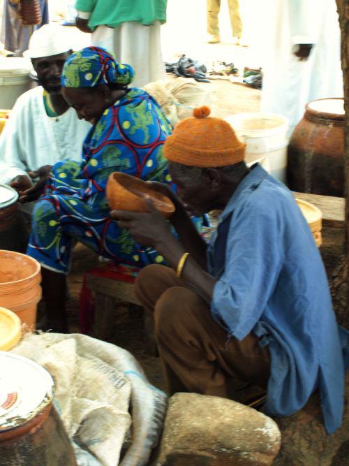 Un hombre bebiendo cerveza en el mercado de los borrachos en Camerun
