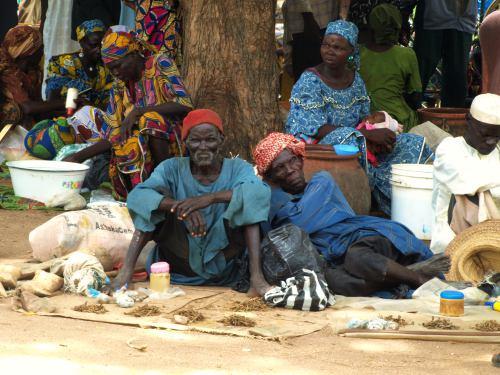 Dos borrachos en el mercado de cerveza de mijo en Camerún