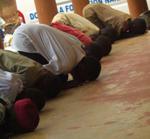 La gente ante el rezo del lamido de Ngoundere