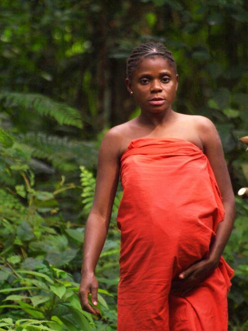 Una mujer pigmea en su poblado de Camerún
