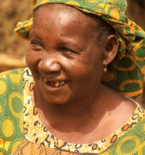 Una mujer sonríe en Kano