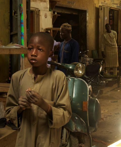 Un niño en el mercado de Kano