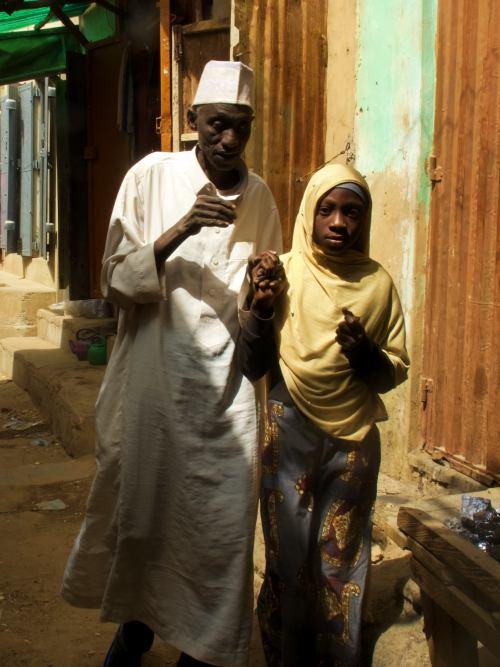 Un ciego con su lazarillo en Kano