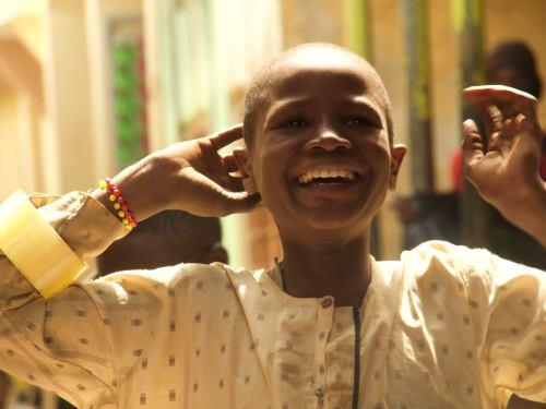 Un chico sonríe en Kano