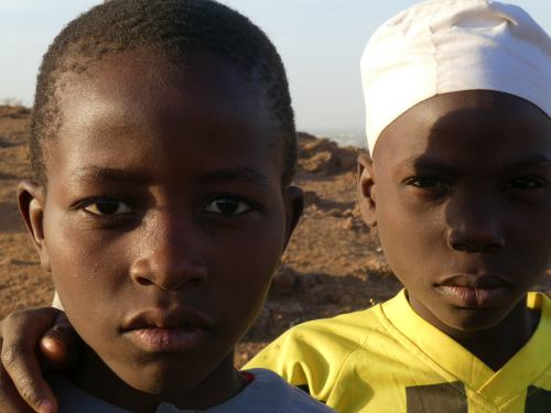 Dos niños en la montaña sagrada de Kano