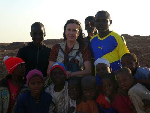 Niños en la montaña sagrada en Kano