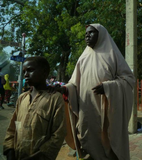 Una ciega con su lazarillo en Kano