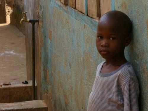 Un niño me mira en Ibadan Nigeria