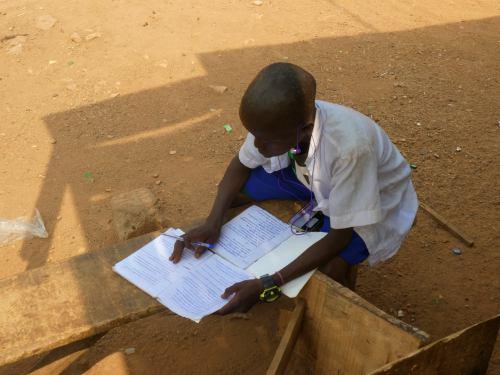 Un chico hace los deberes en la calle en Ibadan Nigeria