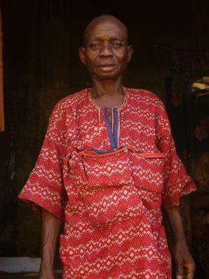 Un yoruba en Ibadan Nigeria a la puerta de su casa