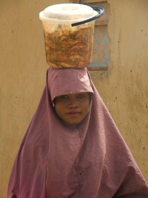 Una niña musulmana en un poblado cerca de Kano