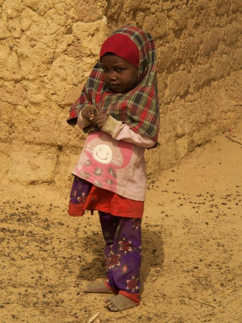 Una niña pequeña musulmana en un poblado cerca de Kano