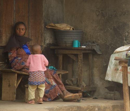 Una mujer a la puerta de su cada en Ibadan Nigeria