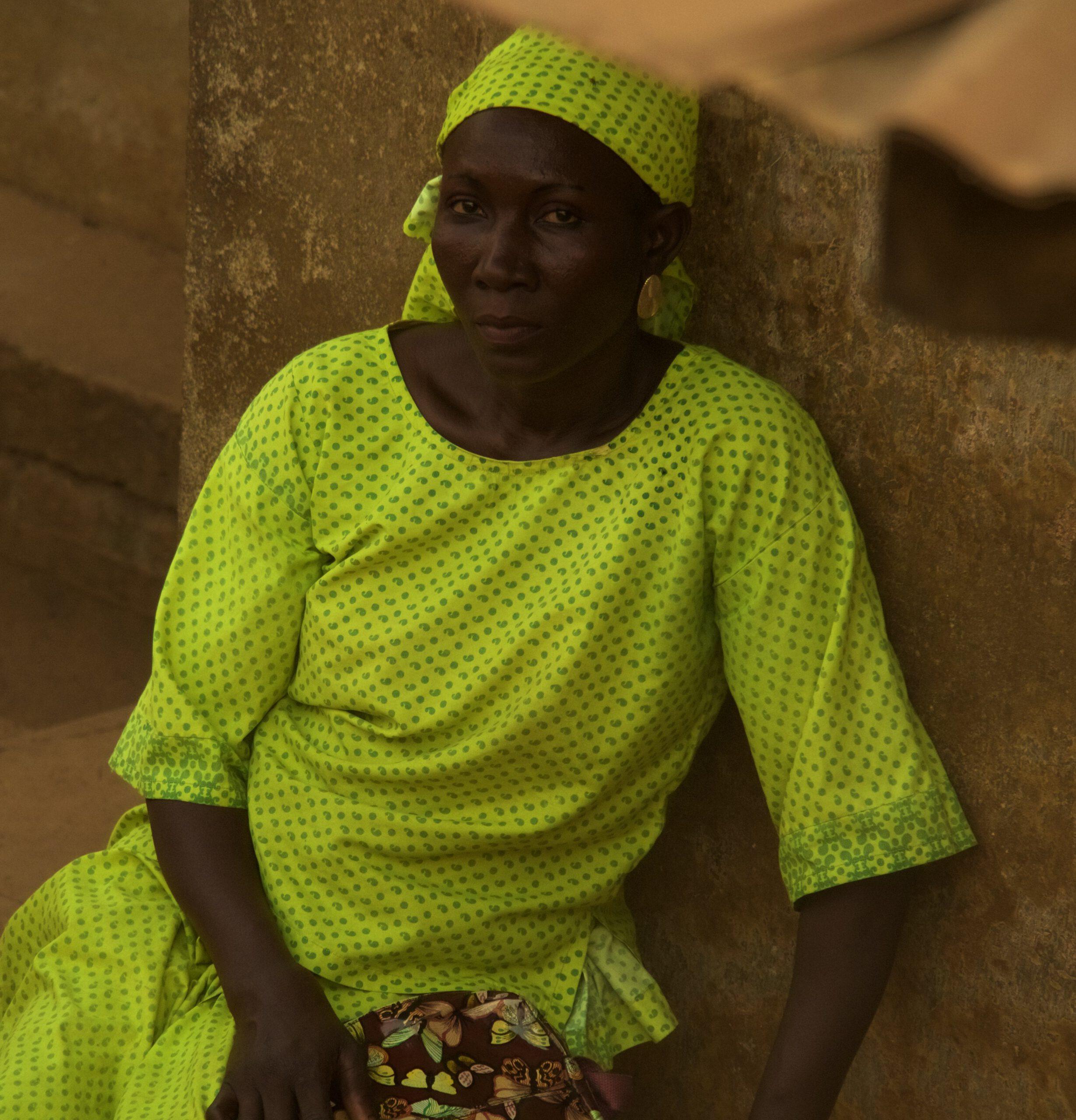 Una mujer a la puerta de su casa en un barrio de Ibadan Nigeria
