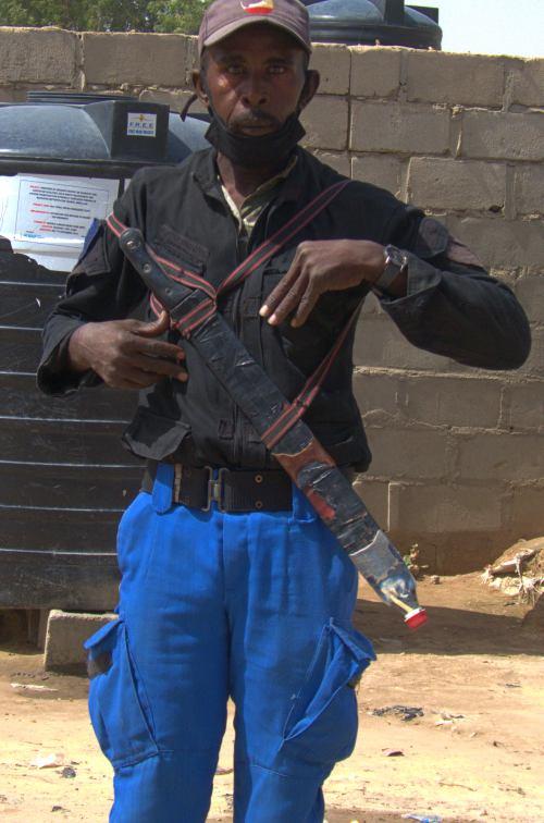 Un guardian de una escuela en Maiduguri