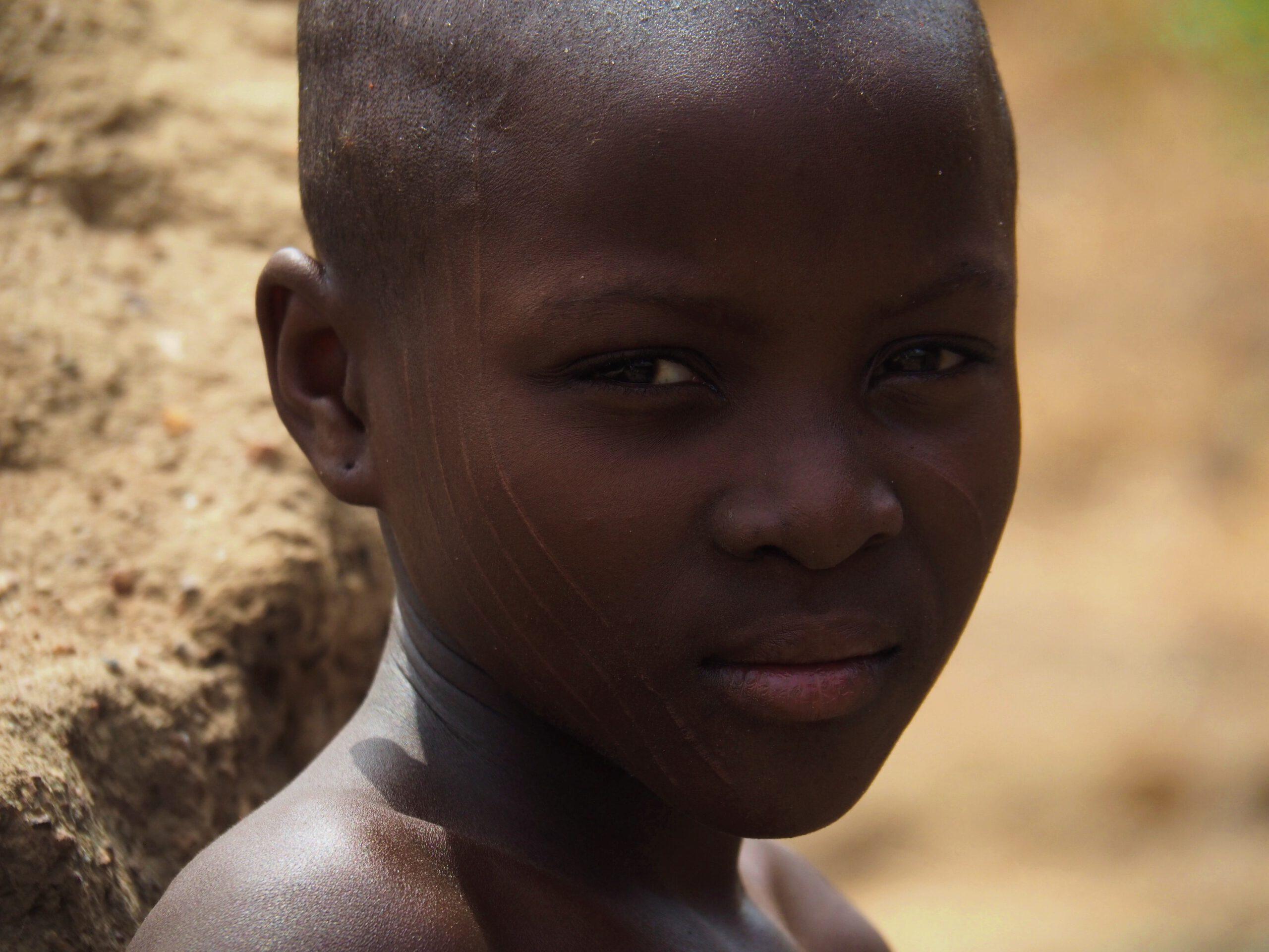 Un niño Taneka con escarificaciones en la cara Republica de Benin
