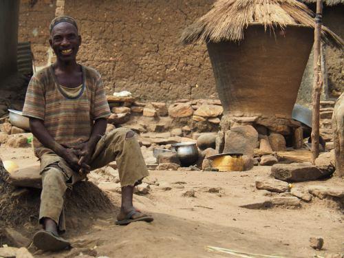 Un hombre en su choza en un pueblo taneka republica de Benin