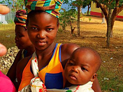 Joven madre con su bebe en Pemba