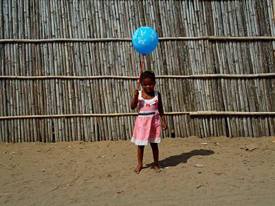 Niña ante su casa en el poblado de pescadores de Pemba