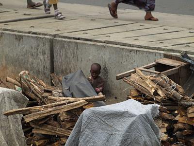 Un bebe jugando al lado de las vías del tren en Ebute Metta