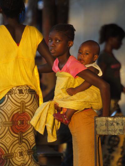 Una chica con su bebe en Kolda