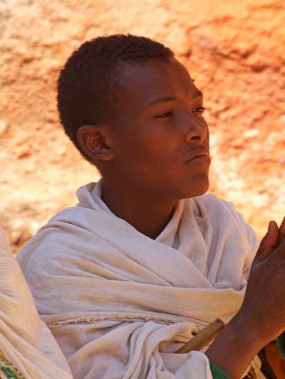 Un chico peregrino en los alrededores de una iglesia