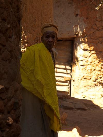 Una monja en una iglesia de Lalibela