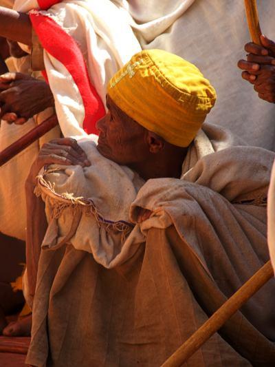 Un hombre durante una celebración religiosa en Lalibela
