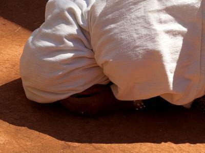Una mujer rezando en una celebración