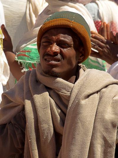 Un hombre atiende a una celebración