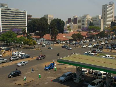 Gasolinera en el centro de Harare frecuentada por chicos de la calle