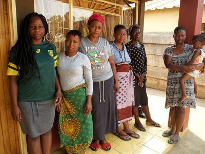 Las hijas de la víctima del cólera en Harare