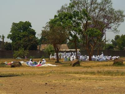 Un grupo de gente rezando en Harare