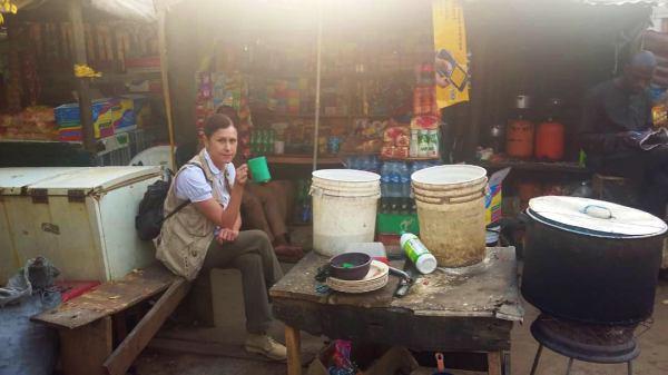 Desayunando en un puesto callejero una mañana en Abuja