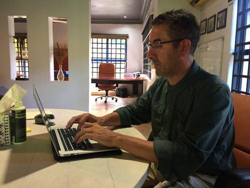 Xaquín trabajando en las oficinas de Carlos