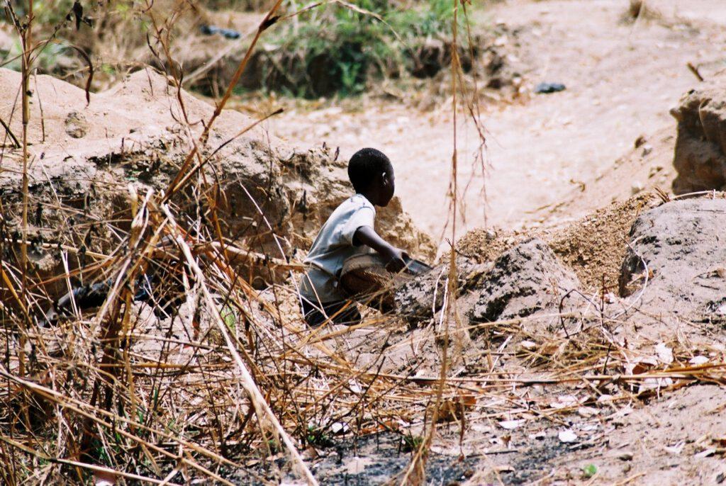 Niño explotado en las canteras de Abeokuta