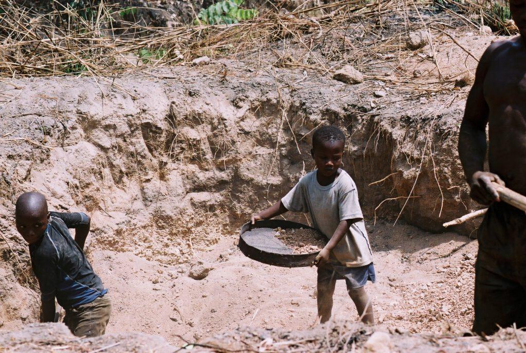 Niños traficado en las canteras de Abeokuta