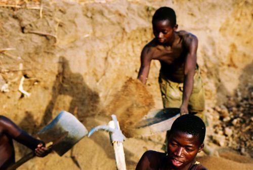 Chicos en las canteras de Abeoluta Nigeria