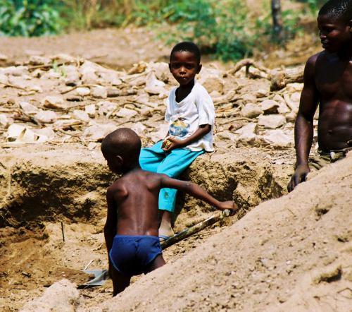 Niños pequeños trabajando en Abeokuta Nigeria