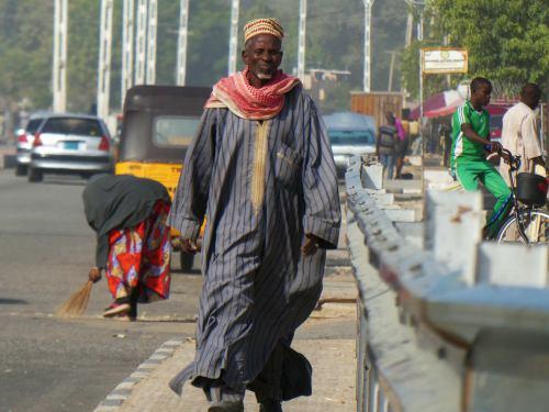Un hombre por Maiduguri
