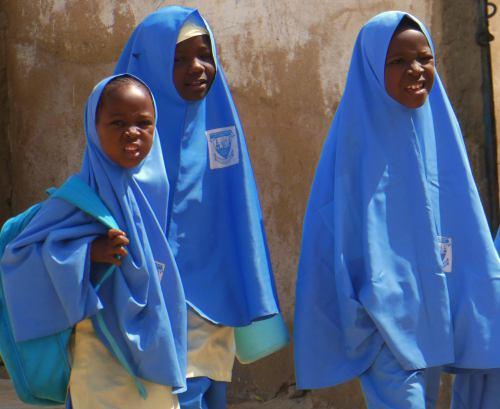 Tres niñas vuelven del colegio en Maiduguri